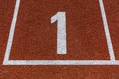 Numero uno sulla pista corrente per qualsiasi tempo di atletica Fotografia Stock