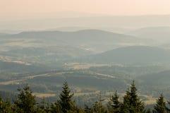 Numerose colline in foschia al tramonto Immagini Stock