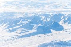 Numerose montagne e valli coperte da neve immagine stock
