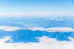 Numerose montagne e valli coperte da neve fotografia stock