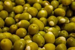 Numerose olive farcite nel mercato da vendere fotografia stock libera da diritti