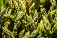 Numerose teste di asparago nel mercato da vendere immagini stock