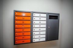 Numerousmailboxes alaranjados e brancos Imagem de Stock