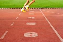 Numerowy pas ruchu atlety i śladu bieg na numerowych pasach ruchu, miękka ostrość Zdjęcia Stock