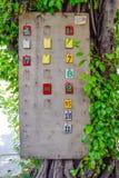 Numerowy znak motocykl kolejka - Stubarwni numerowi znaki na brązu drewna panel obok drzew aktualny system transportu fotografia stock