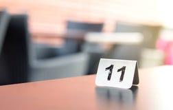 Numerowy znak na restauracja stole w plenerowym tarasie Obrazy Stock
