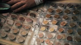 Numismatiekconcept Inzameling van muntstukken van verschillende landen in album stock video