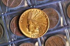 Numismatisch op het werk toont sommige gouden muntstukken stock foto