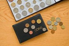 Numismatische Alben mit Münzen stockfotografie