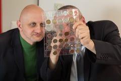 2 numismatists рассматривают собрание монетки Стоковые Фото