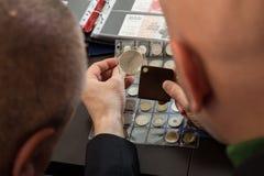 2 numismatists рассматривают собрание монетки Стоковое Фото