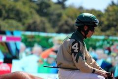 Nummer 4 jockey die naar het starthek, de zomer gaat van 2012, Saratoga springt, New York op Stock Foto