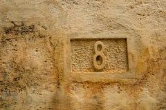 Nummer acht, 8, gesneden in geel kalksteen royalty-vrije stock foto
