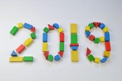 Nummer av året 2019 med träkvarter för färgrik leksak royaltyfri illustrationer