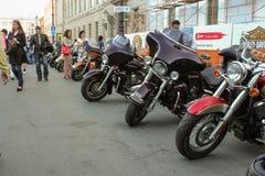Nummer av motorcyklar längs gatan Royaltyfri Fotografi