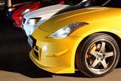 Nummer av multi-colored bilar i parkering. Royaltyfri Fotografi