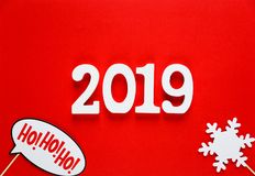 Nummer 2019 en de kleurrijke steunen van de fotocabine voor Kerstmispartij stock fotografie