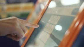 Nummer för stift för övre hand för Atm-maskinslut skrivande in Stäng sig upp av handen av driftiga knappar för kvinnan för pengar arkivfilmer