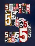 Nummer fem gjorde från nummer som klipper från tidskrifter på mörkt blått Arkivbild