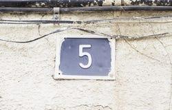 Nummer fem i en vägg Royaltyfria Foton