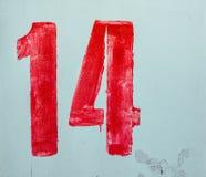 Nummer fjorton A som dras av röd målarfärg på den kalkade väggen Sjaskig byggande fasad med skadad murbruk för Ð-¡ kugge arkivbilder