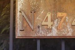 Nummer fyra och sju eller fyrtiosju med bokstav N på ett tecken eller en bruten plattamonokrom Royaltyfri Foto