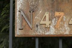 Nummer fyra och sju eller fyrtiosju med bokstav N på ett tecken eller en bruten plattamonokrom Royaltyfria Foton