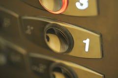 Nummer in i en elevator Arkivfoto