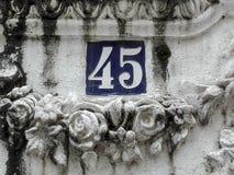 Nummer 45 i gatatecken Arkivfoto