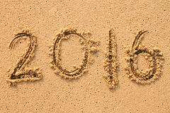Nummer 2016 met de hand geschreven op zand Royalty-vrije Stock Foto