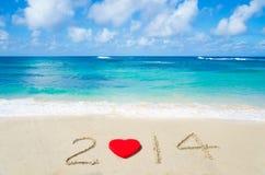Nummer 2014 met hartvorm op het zandige strand Royalty-vrije Stock Fotografie