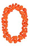 Nummer noll eller bokstavsnolla som göras av isolerade orange kiselstenar på vit bakgrund Arkivbild