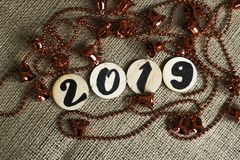 Nummer 2019 och röda klockor på den grova bakgrunden Utrymme för text royaltyfria bilder