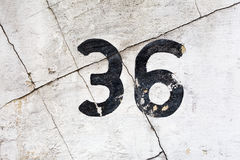 Nummer 36 op een gebarsten muur Royalty-vrije Stock Afbeeldingen