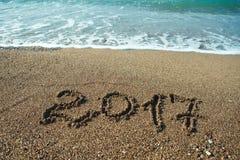 Nummer 2017 op strand Het nieuwe concept van de jaarvakantie Stock Afbeeldingen