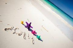 Nummer 2014 op wit zandig strand Royalty-vrije Stock Afbeelding