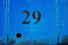 Nummer 29 på den rostiga blåa plattan för metallark med hålet Fotografering för Bildbyråer