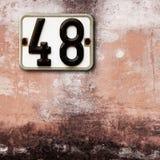 Nummer 48 på väggbakgrund Royaltyfri Bild