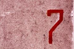 Nummer sju på den grungy cementväggen Royaltyfri Bild