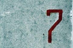 Nummer sju på den grungy cementväggen Arkivfoto