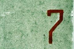 Nummer sju på den grungy cementväggen Royaltyfria Bilder