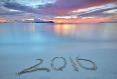 Nummer 2016 som är skriftliga på den sandiga stranden Fotografering för Bildbyråer