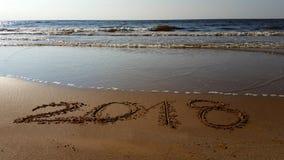 Nummer 2018 som är utdragna i stranden Arkivfoton
