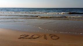 Nummer 2018 som är utdragna i stranden Arkivbilder