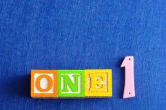 Nummer 1 som ett ord och ett nummer arkivbild