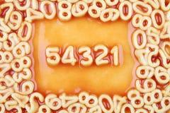 Nummer som ner räknar in från fem i tomaten Spagh Royaltyfria Foton