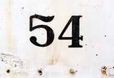 Nummer 54 som pläterades på rostig vit, målade yttersida Royaltyfri Bild