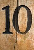 Nummer tien op gebarsten hout Stock Foto's