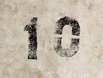 Nummer tio en noll 10 1 0 på betongväggbakgrund Royaltyfri Fotografi