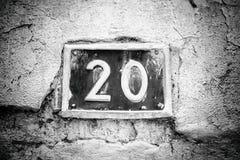 Nummer tjugo på väggen av ett hus Arkivbild